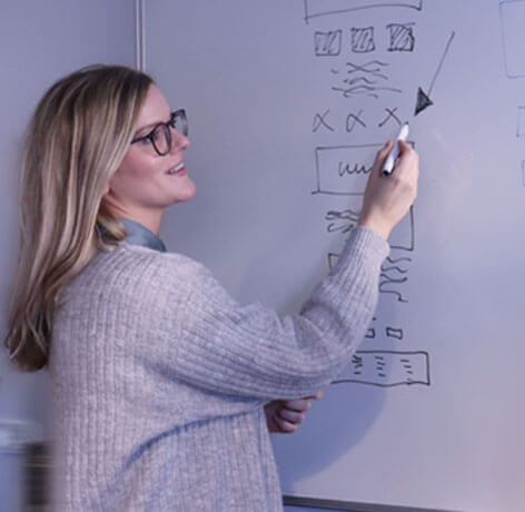 Nanna fra IT Stack viser design processen