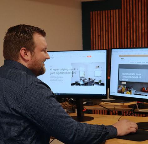 Christan fra IT Stack viser kunde case frem
